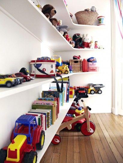 jouets sur etageres
